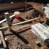 Das Vorbereiten des Fundaments für das Blumenbeet