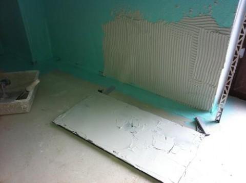 die erste fliese muss gut ausgerichtet sein kleber. Black Bedroom Furniture Sets. Home Design Ideas