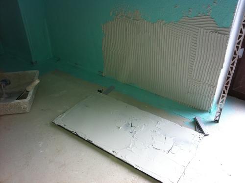 die erste fliese muss gut ausgerichtet sein kleber speziell f r granit und glasfliesen muss. Black Bedroom Furniture Sets. Home Design Ideas