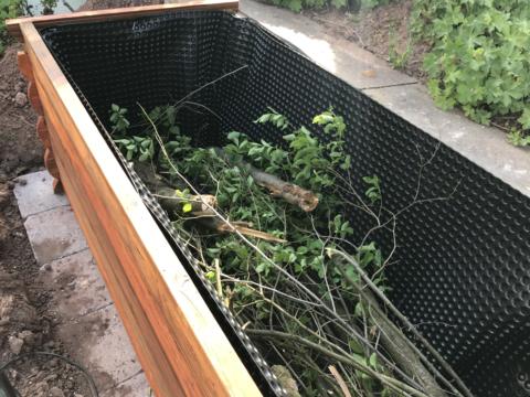 Befüllen vom Hochbeet, die Baumäste-Schicht