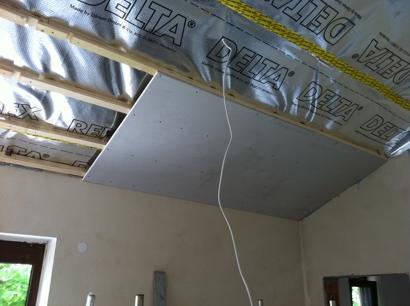 dachausbau die erste gipsplatte an dachlatten hausbau. Black Bedroom Furniture Sets. Home Design Ideas