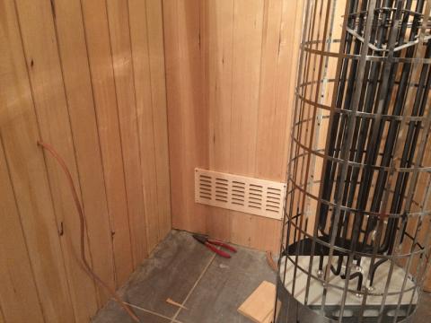 Holzgitter Zuluft unter dem Saunaofen