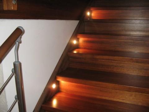 beleuchtung der treppe mit einbauleuchten hausbau ein. Black Bedroom Furniture Sets. Home Design Ideas
