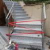 Die Betontreppe aussen mit Granitstufen verkleidet